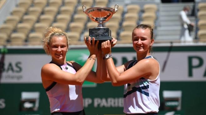 Барбора Крейчикова спечели трофея и на двойки