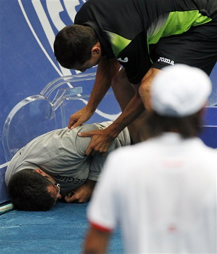 Съдия припадна от стола по време на мач в Мадрид (снимка)