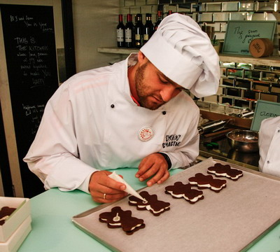 Михаил Южни пече сладкиши в Санкт Петербург