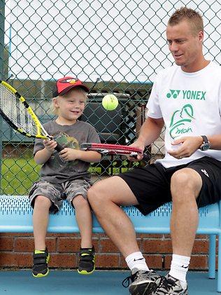 Лейтън Хюит тренира в компанията на сина си