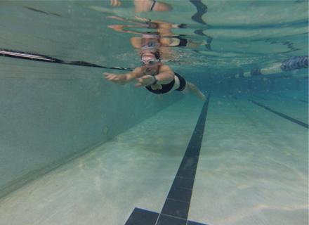 Сам Стосър се готви за новия сезон с упражнения в басейн (снимки)