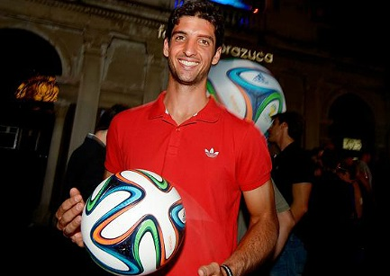 Белучи показа топката за СП по футбол в Бразилия