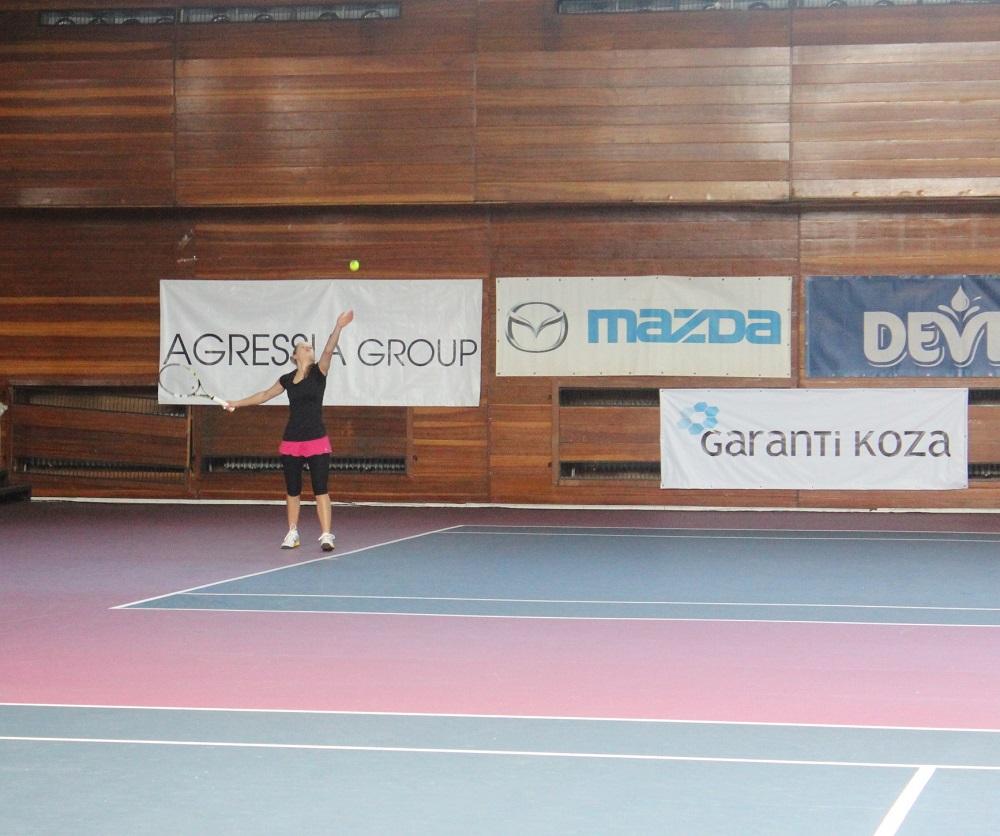 Караманолева на четвъртфинал на Държавното в зала
