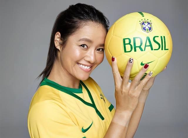 Ли На с фотосесия за Световното първенство по футбол в Бразилия