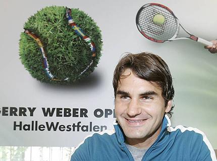 Федерер прави шоу за публиката в Хале след лесна победа
