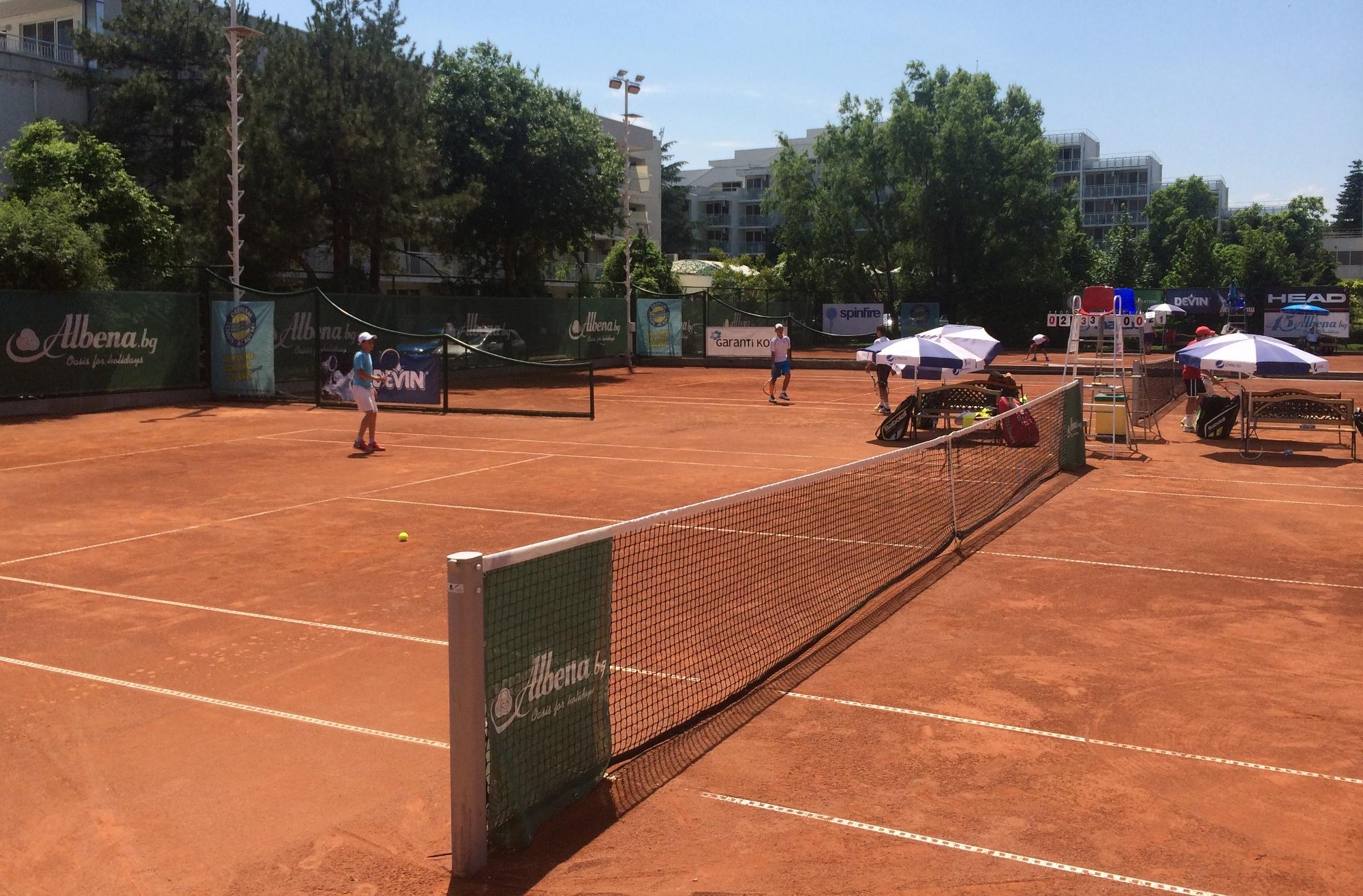 Тенис клубовете са на колене, всеки се оправя както може