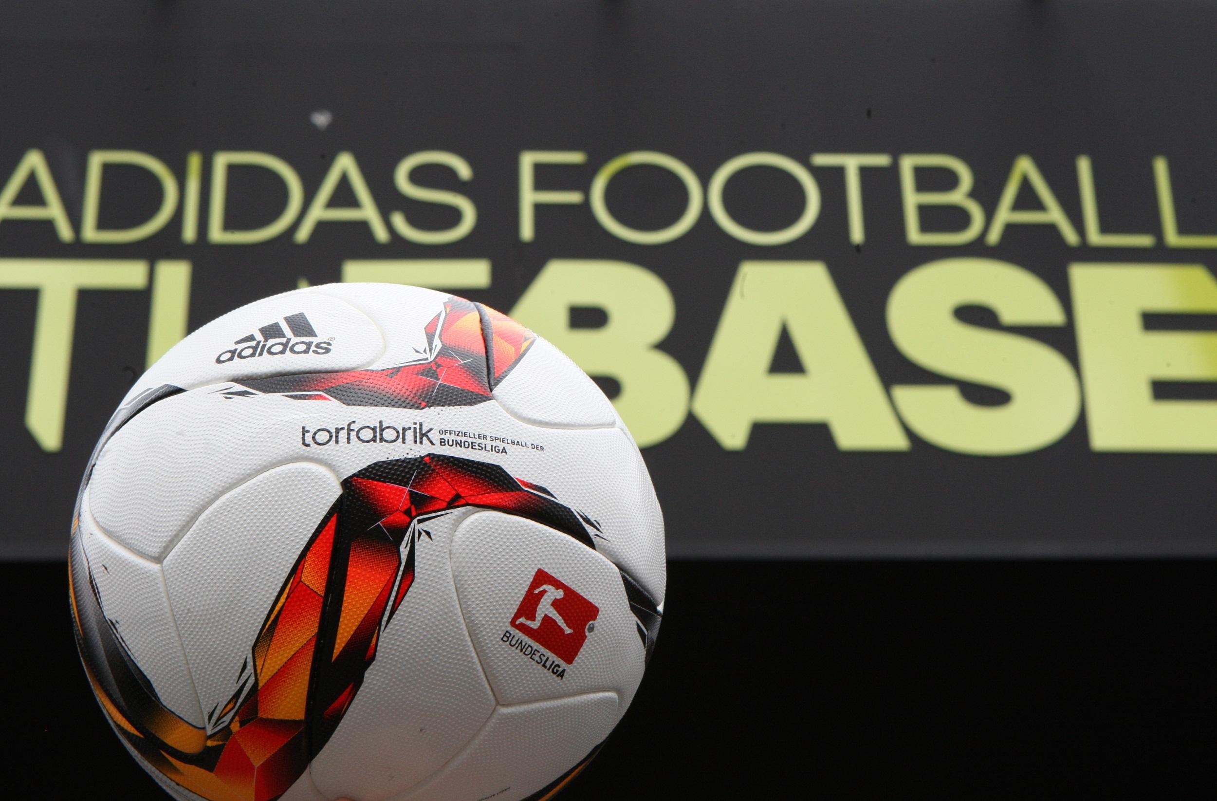 Аdidas представя футболната топка TORFABRIK с обновен дизайн