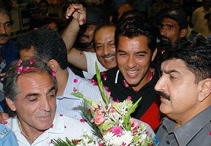 В Пакистан посрещнаха подобаващо своя герой