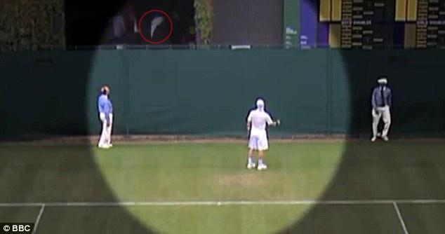 Повече от куриозно: Тенисист прати ракетата си извън корта... без да иска (видео)